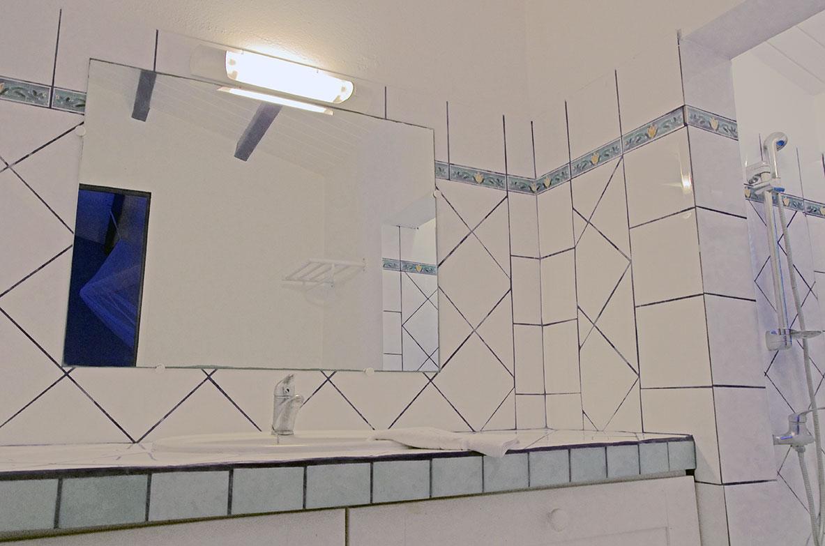 Salle d 39 eau bungalow bleu location bungalow for Piscine miroir guadeloupe