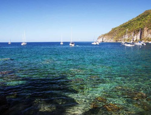 Voiliers dans la baie de Deshaies en mer des caraïbes